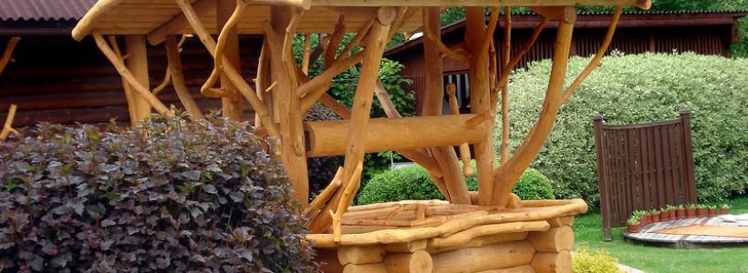 Украшение пространства загородного участка изделиями из дерева