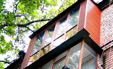 Преимущества обшивки балкона сайдингом