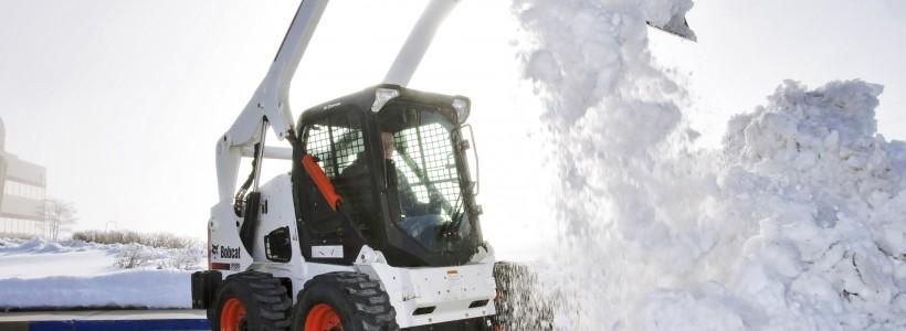 Уборка снега с крыш коттеджей
