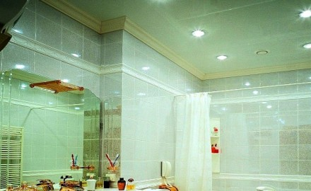 Натяжной потолок в ванной – оптимальный вариант