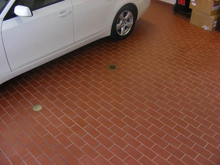 Тротуарная плитка в гараже фото