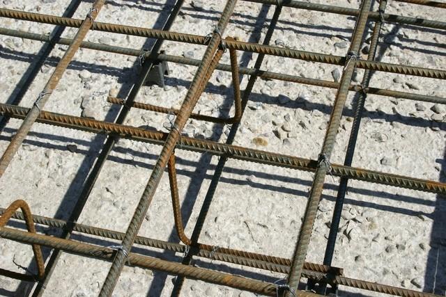 Стальная арматура для монолитной плиты укладывается в два пояса