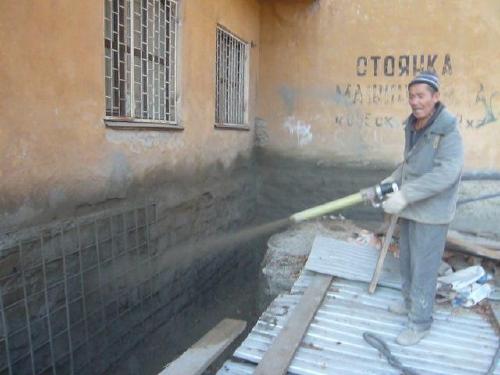на торкретируемую поверхность наносят бетон
