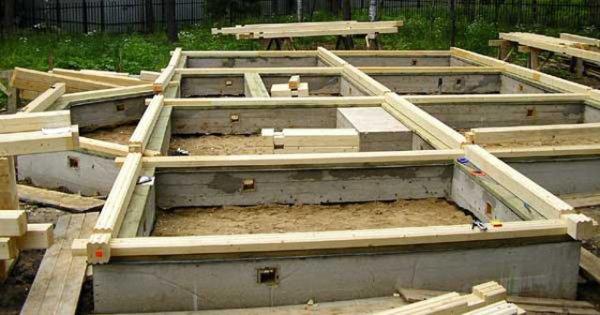Для строительства дома из бруса часто используют ленточный фундамент с высотой в 0,5 м над землей