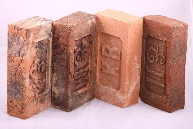 Кирпич очень распространенный строительный материал, который легко сделать своими руками.