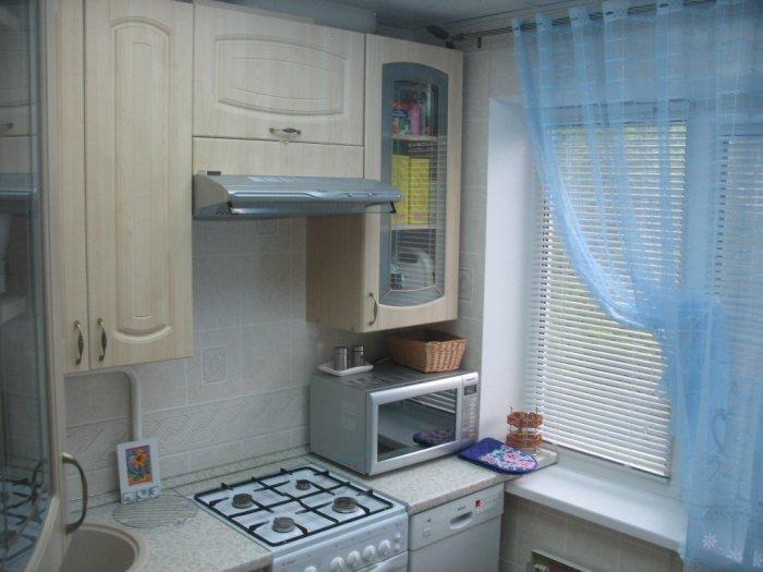 Ремонт и расстановка мебели в небольшом помещении кухни