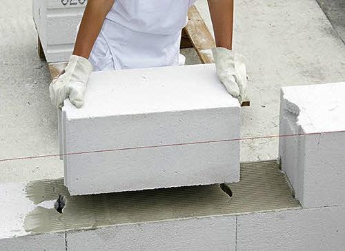 Небольшой вес газобетона позволит сэкономить на конструкции фундамента.
