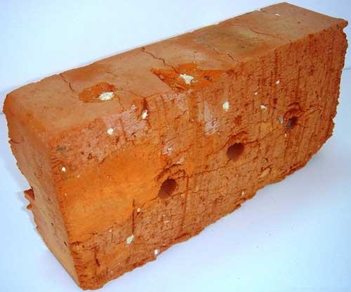 Чтобы проверить качество кирпича, его нужно разломать и посмотреть, чтобы его структура была равномерной.