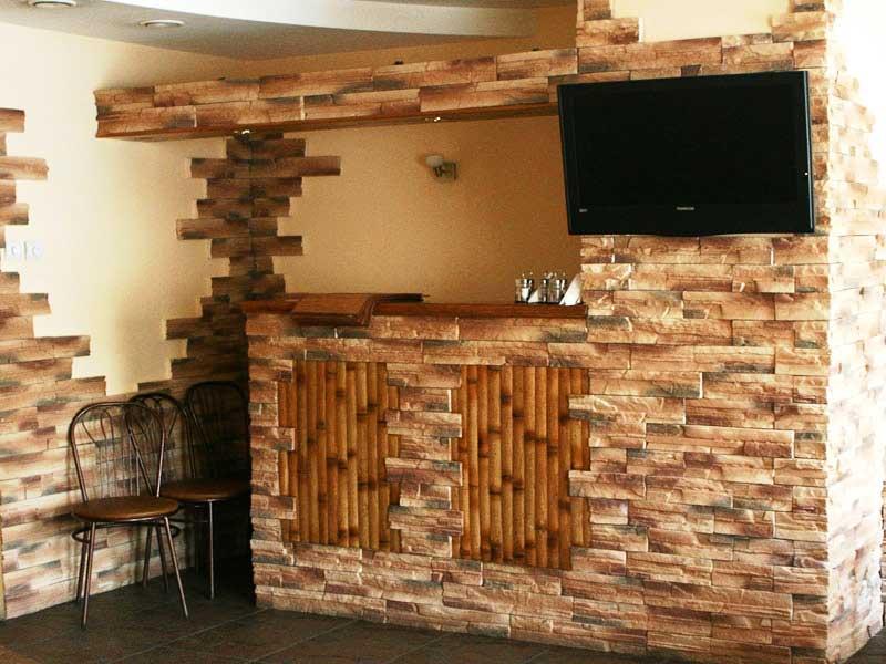 Декоративный кирпич очень популярен, так как недорого стоит, украшает интерьер, экологически безопасен.