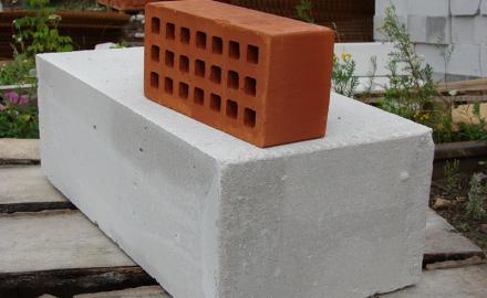 Кирпич и газобетон – два популярных материала в современном частном строительстве.