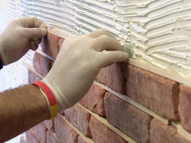К поверхности стены декоративный кирпич крепится при помощи цементного раствора.