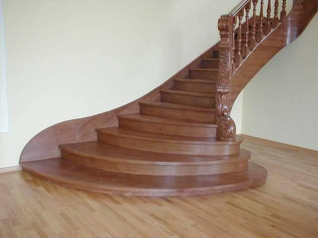 Преимущества и особенности изготовления лестниц из дуба