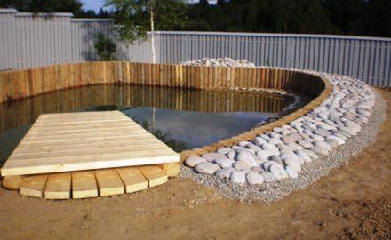 Бревна лиственницы для укрепления искусственных водоемов