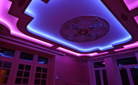 Монтаж глянцевых натяжных потолков с освещением