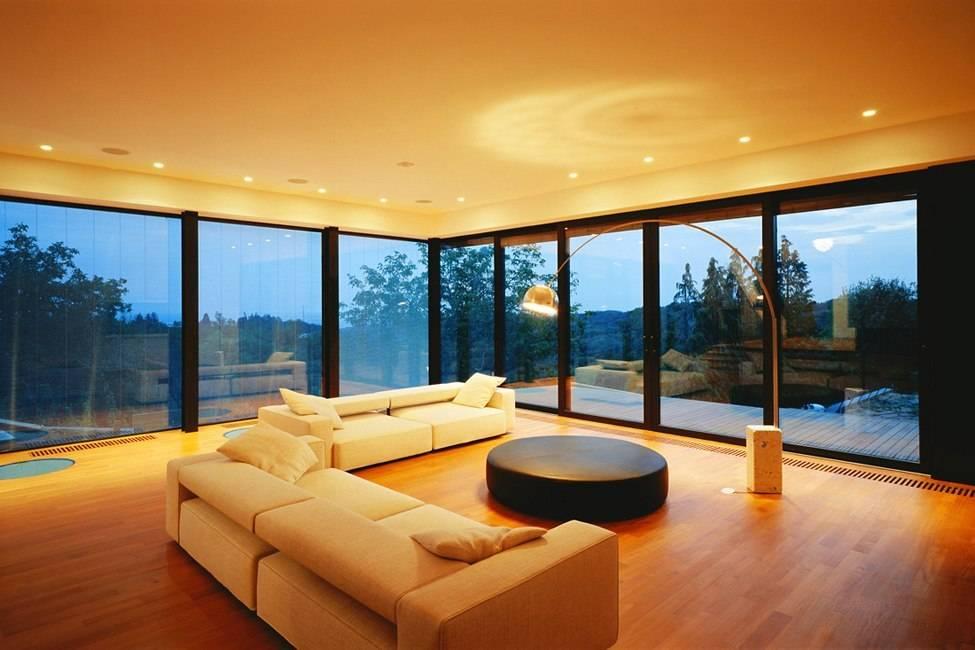 Панорамные окна и маятниковые двери – современные решения